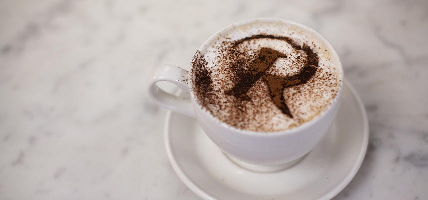 A coffee with a chocolate dusted R (for Rembrandt)